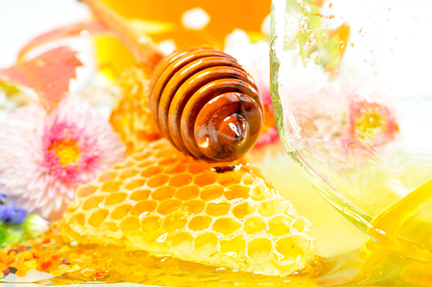 Pictures of liquid honey and the honeycomb 3332