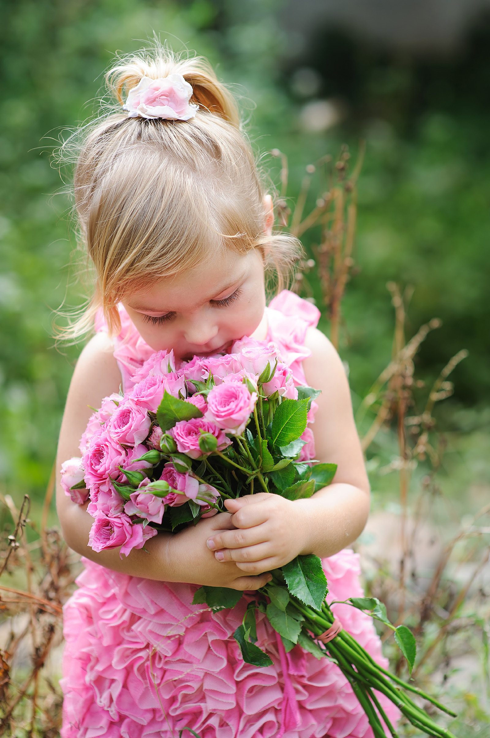 Embrace pink roses little girl 51444