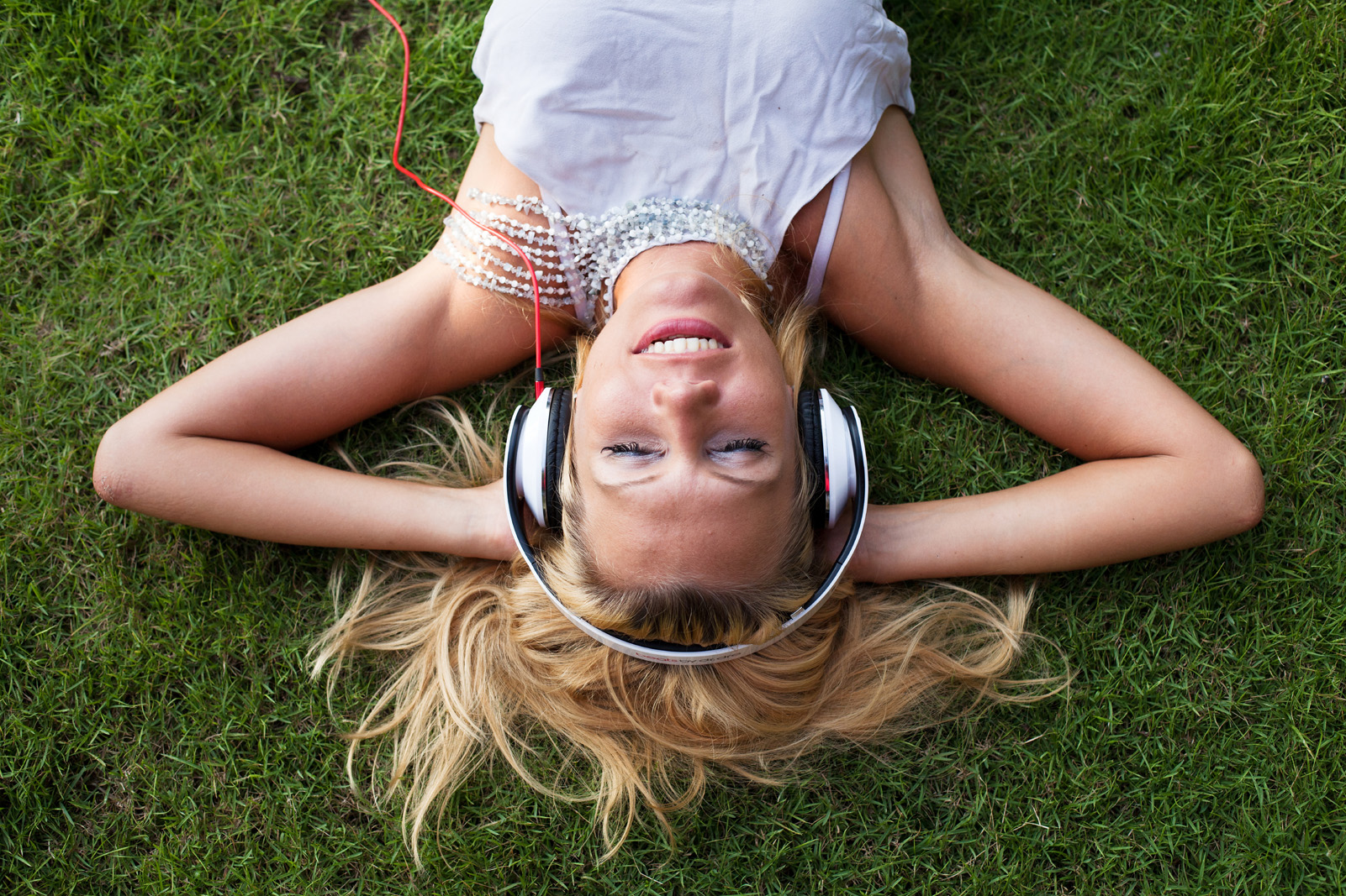 Lying on the lawn to listen to beautiful music 51451