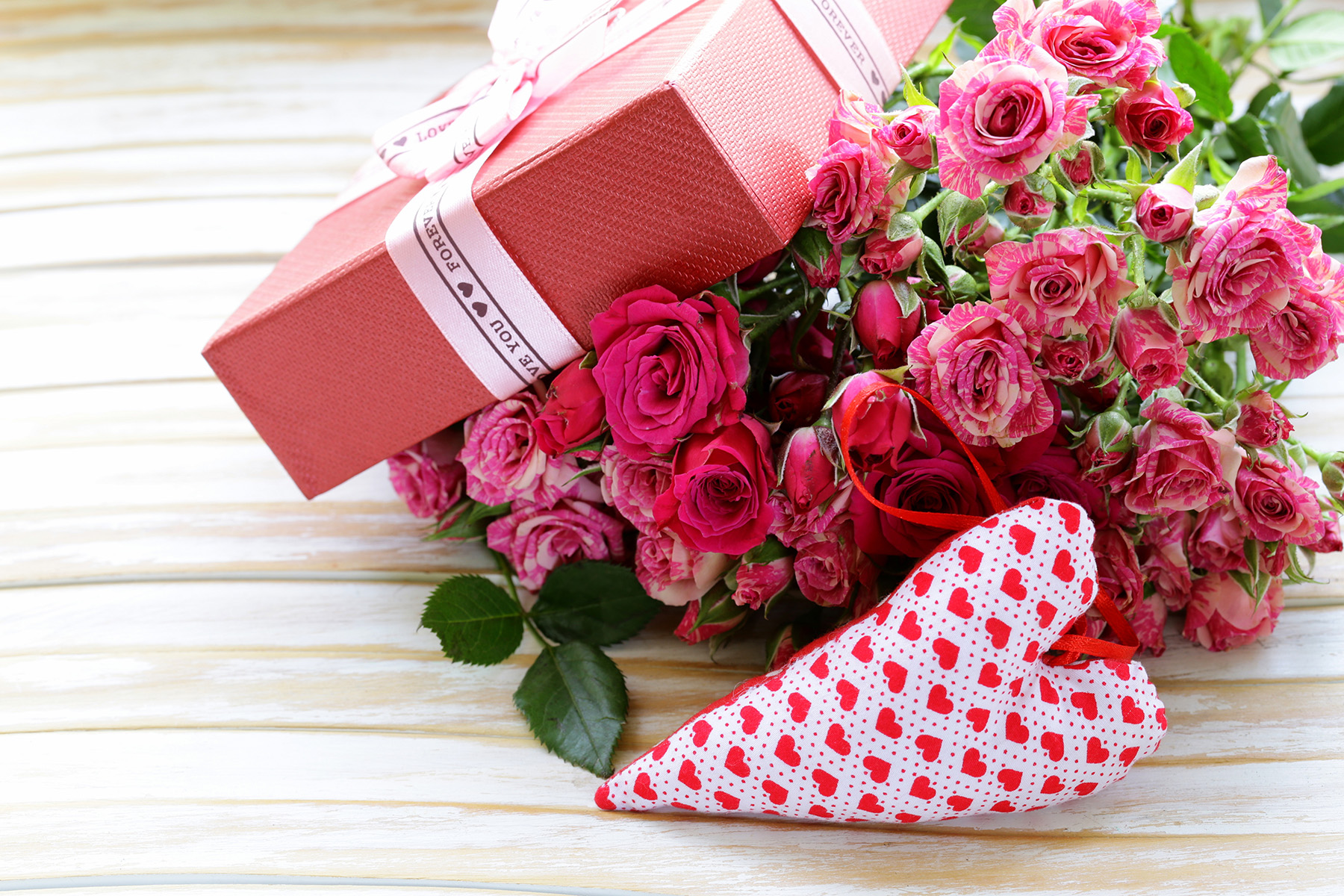 Red roses and gift box 51541