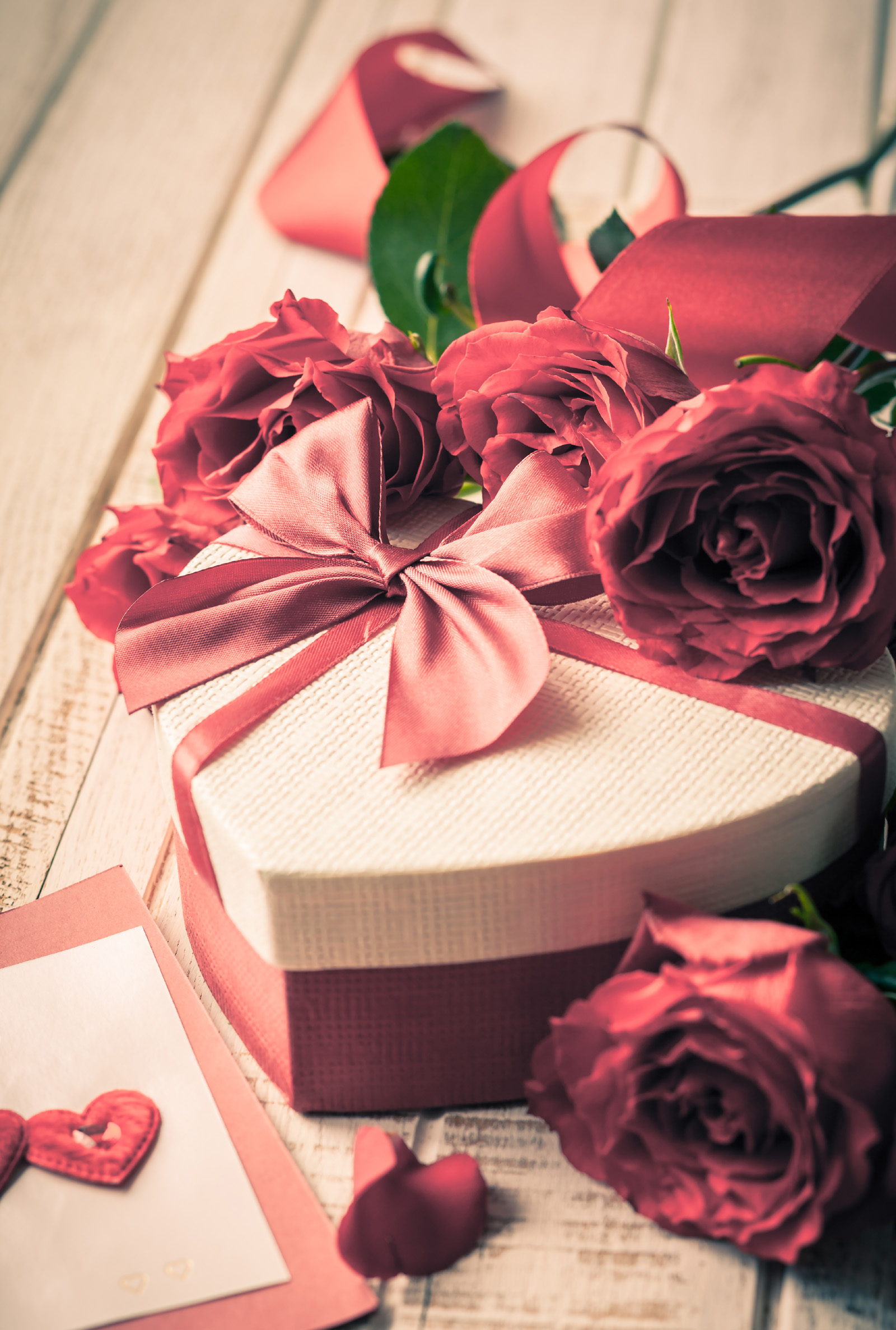 Roses and heart-shaped gift box 51592