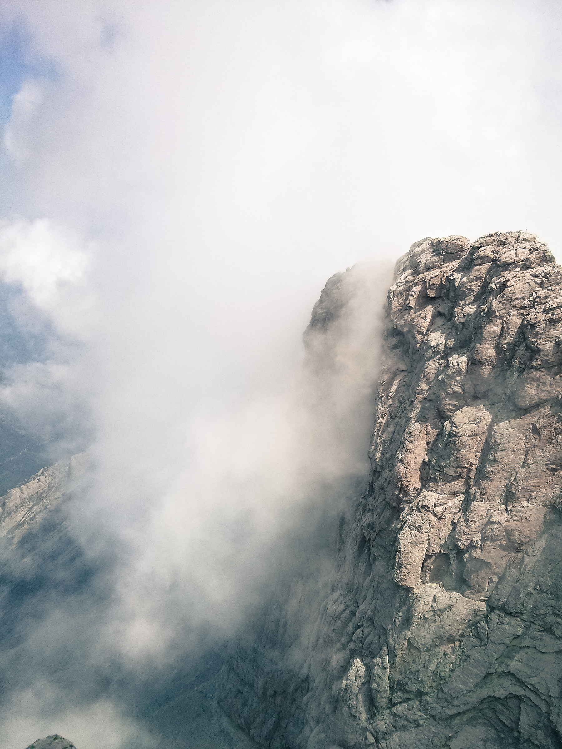 Clouds towering in the mountains 52251