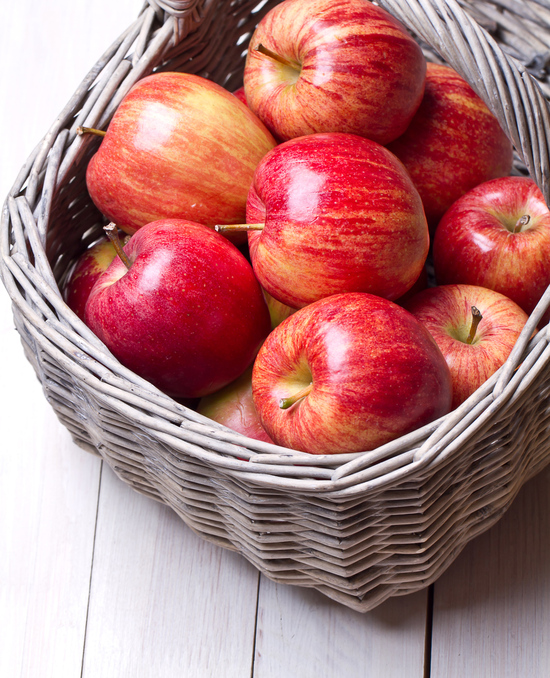 Put it in the basket of red apples 52347