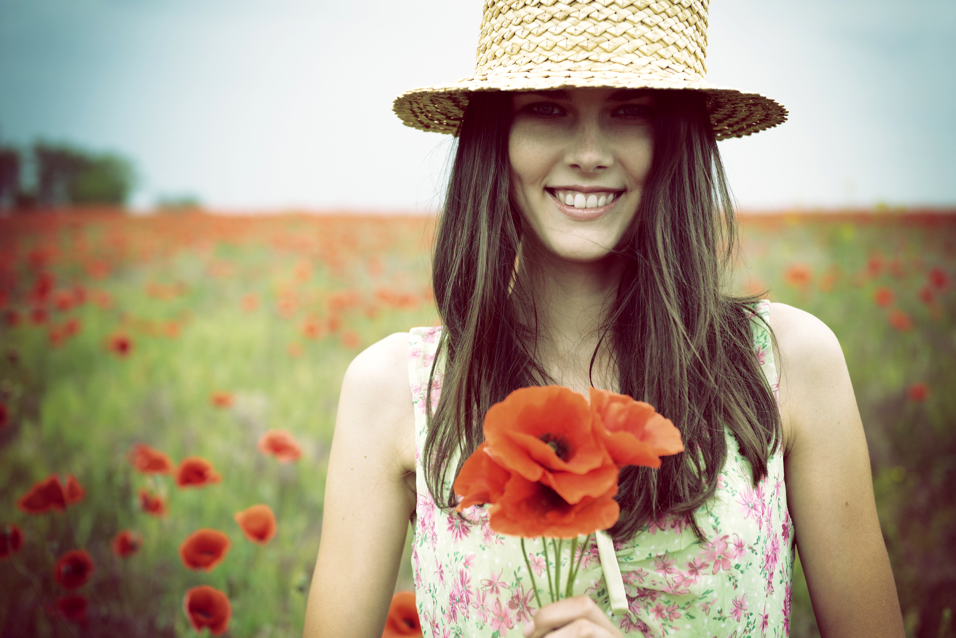 Wearing a straw hat with flowers of beauty 52446