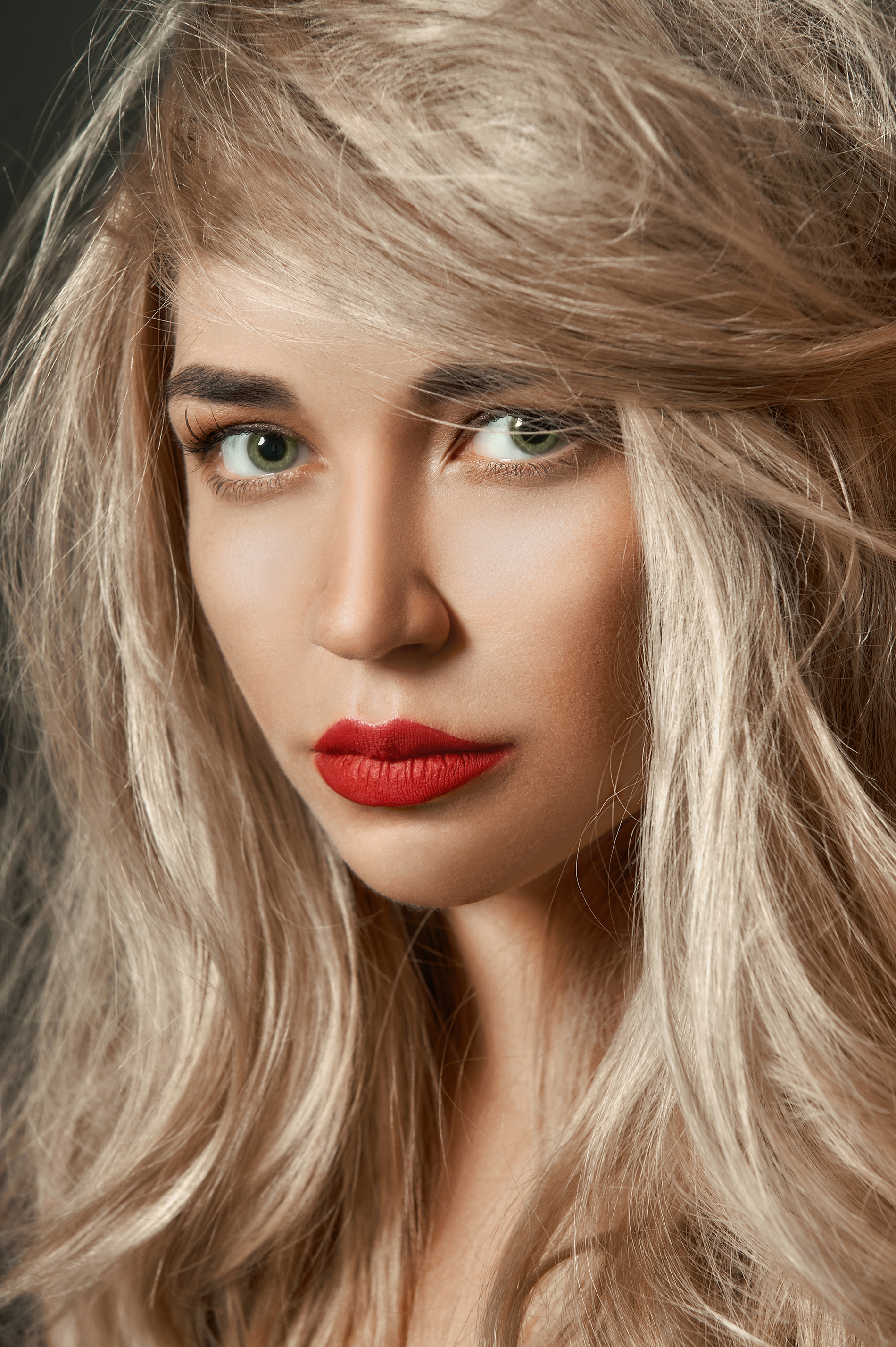 Blonde red lips makeup model 52980