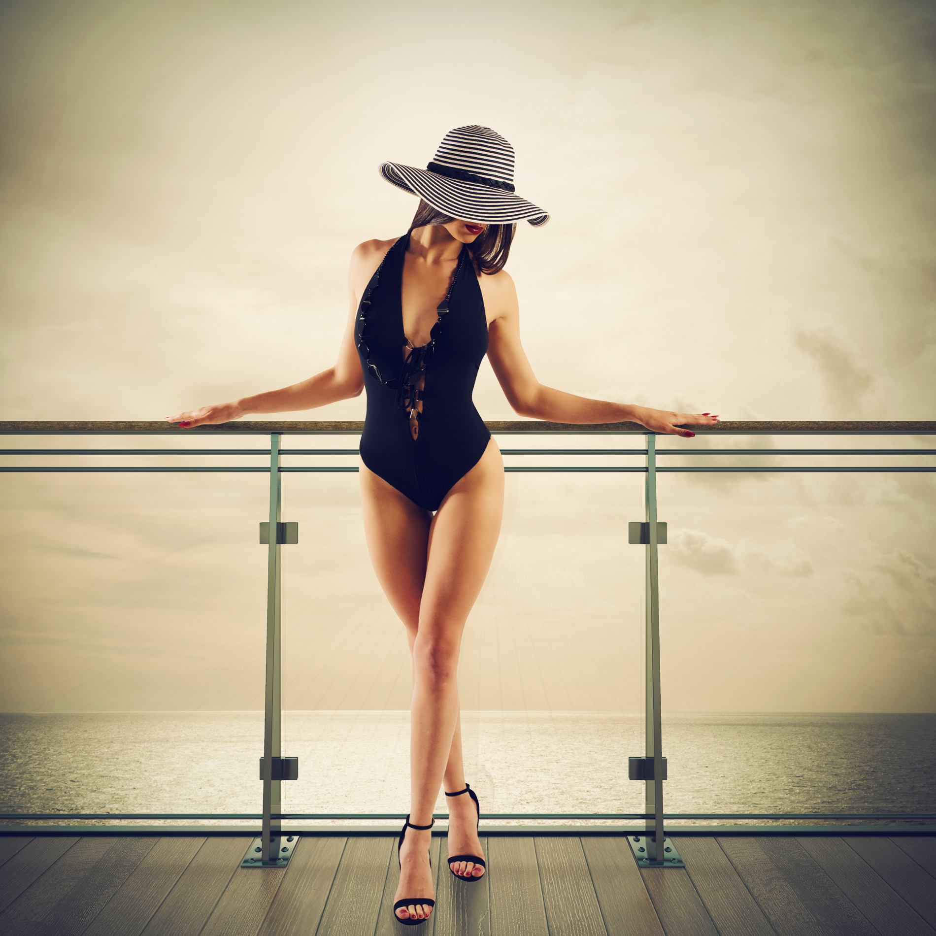 Wearing a wide-brimmed hat of bikini 53355