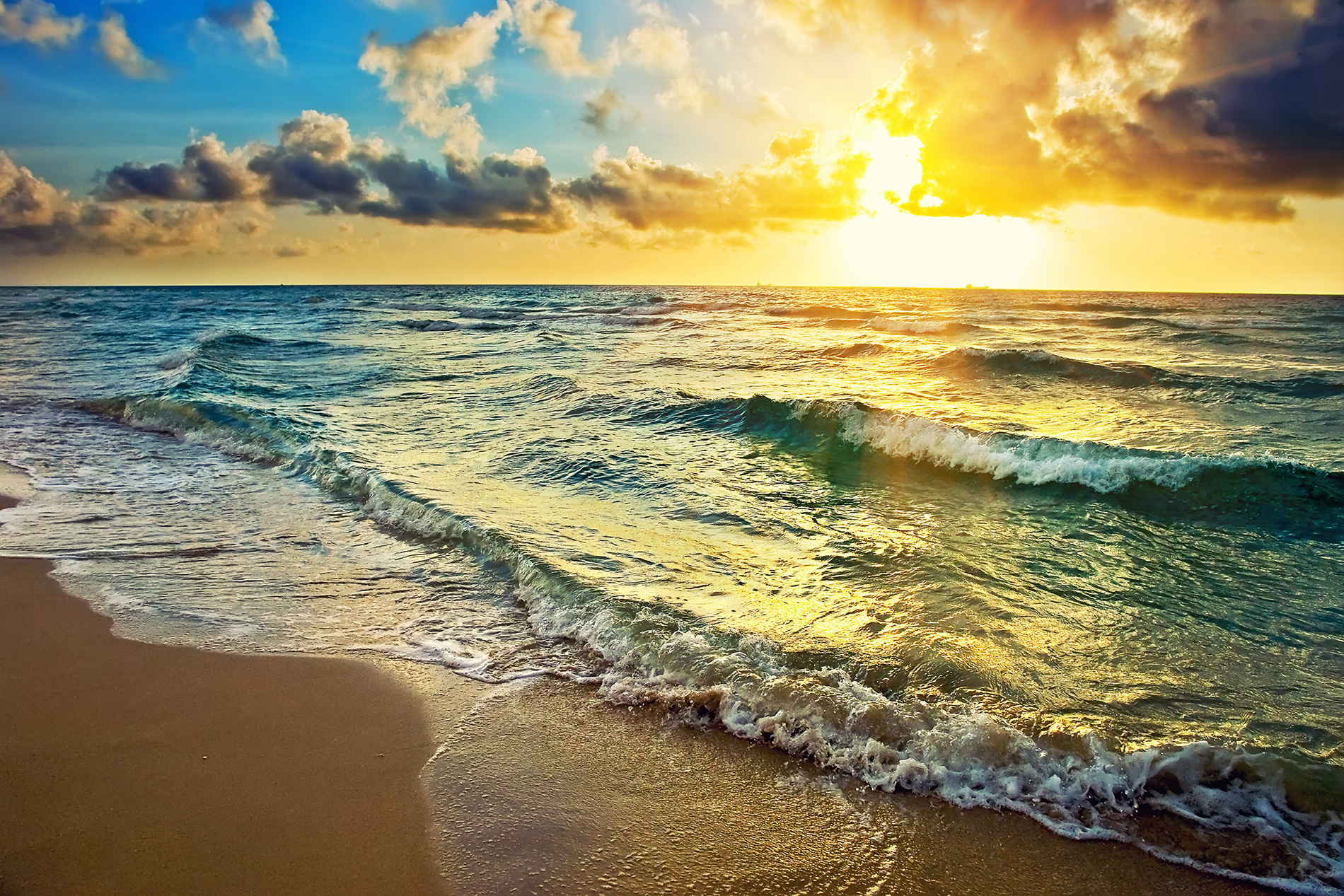Waves of clouds, Sun and flocked to the beach 53378