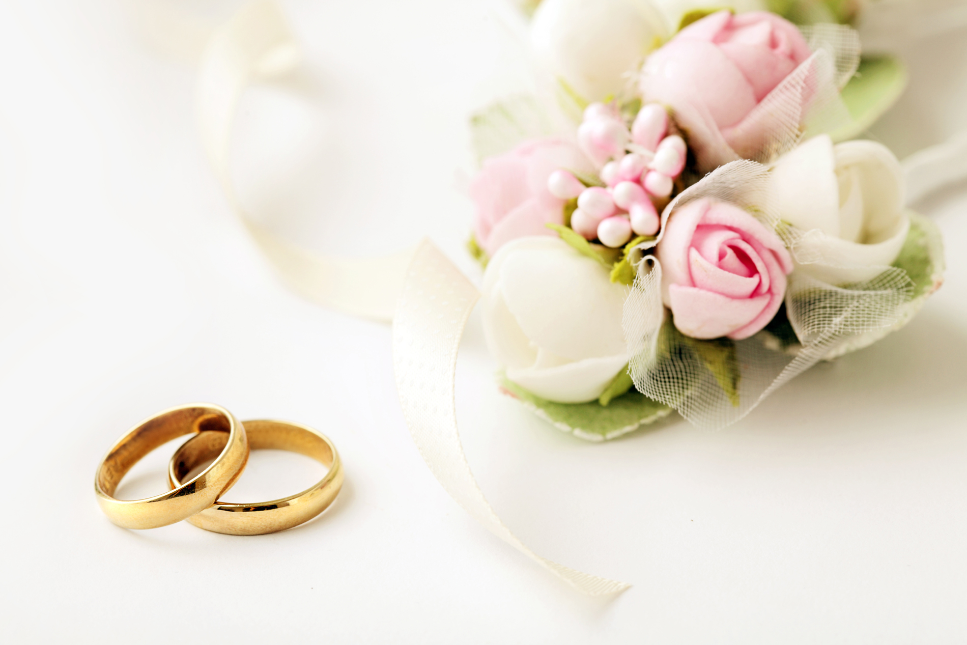 A gold ring with a bouquet of flowers 53426