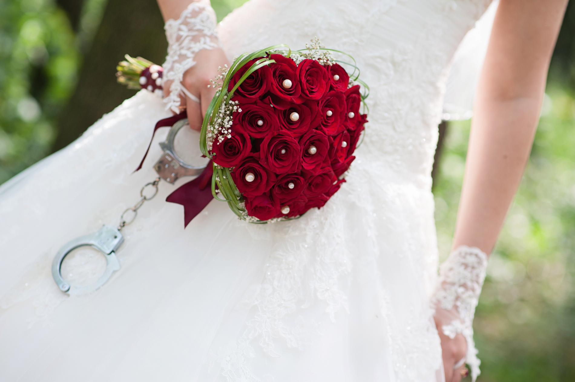 Holding a bouquet of Red Roses bride 53440