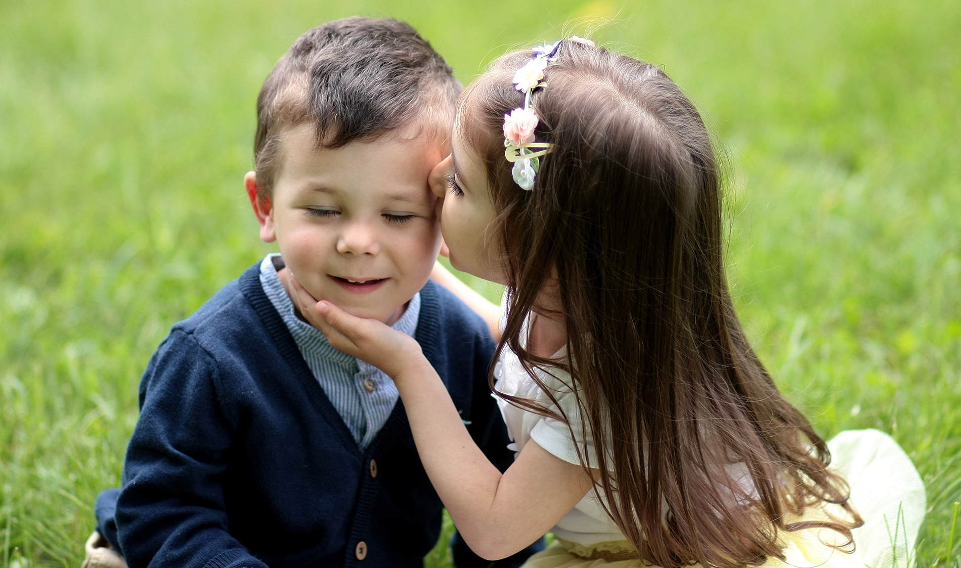 Kiss the boy on the cheek of a small girl 53761