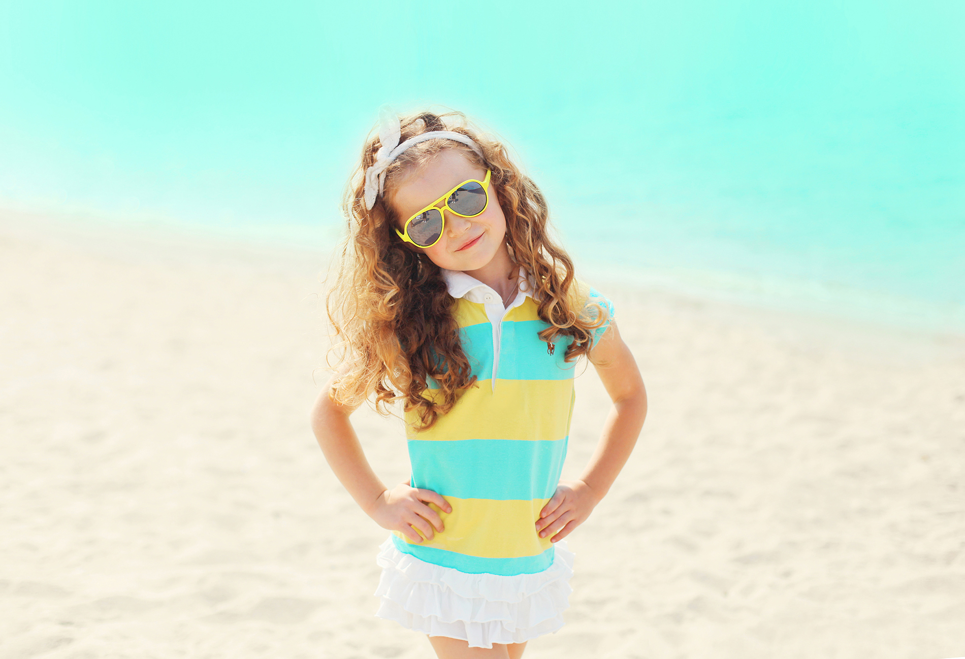 Fork over the curly-haired little girl on the beach 53804