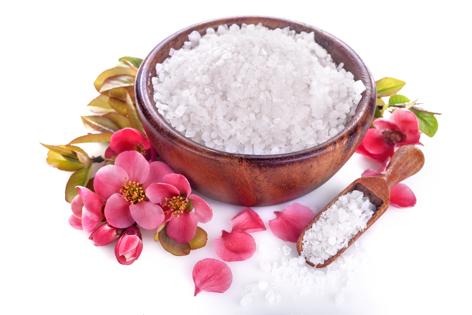 Red flowers in a wooden bowl of bath salts 53911