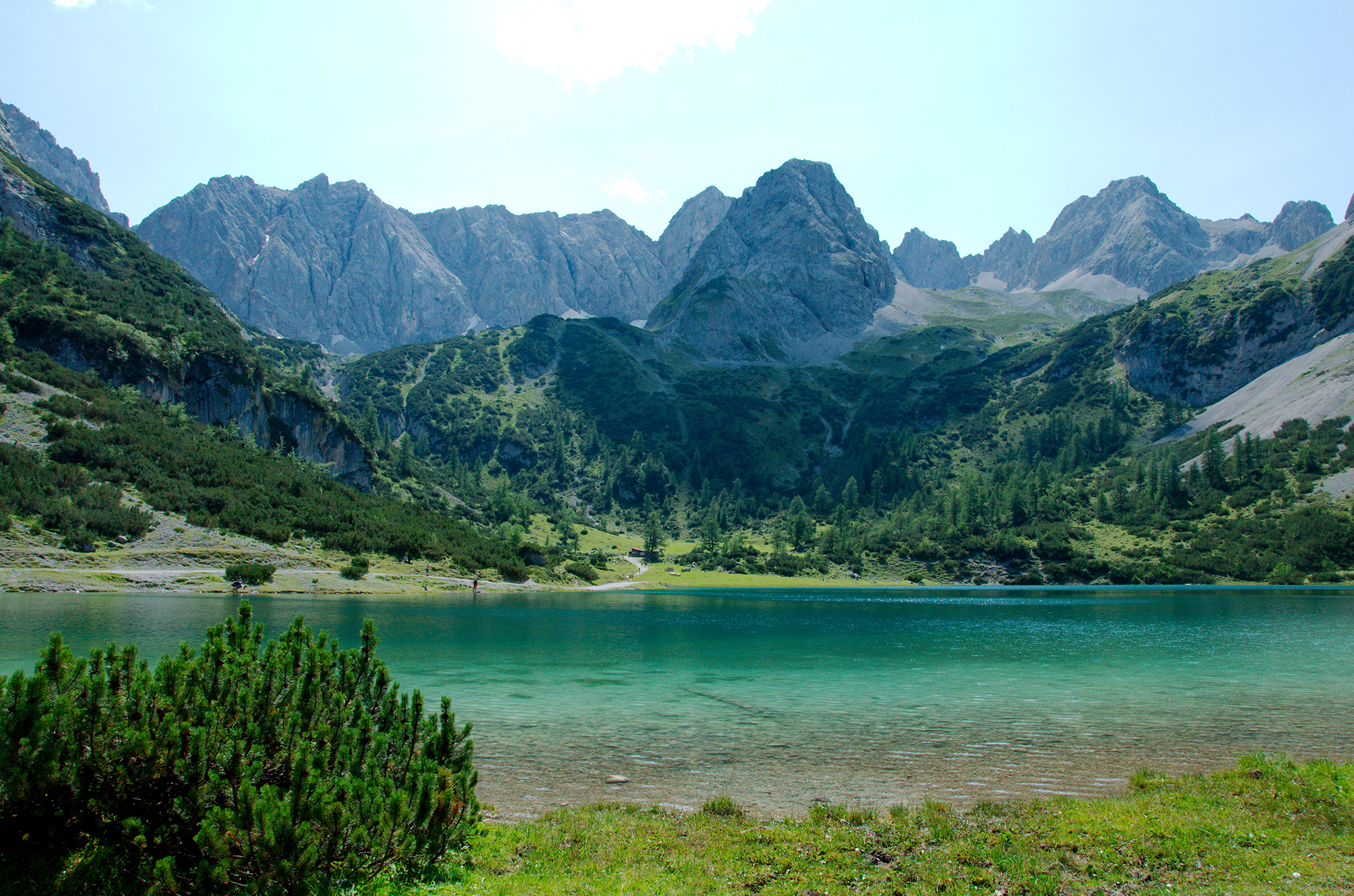 Green lake at the foot of the mountain  54025