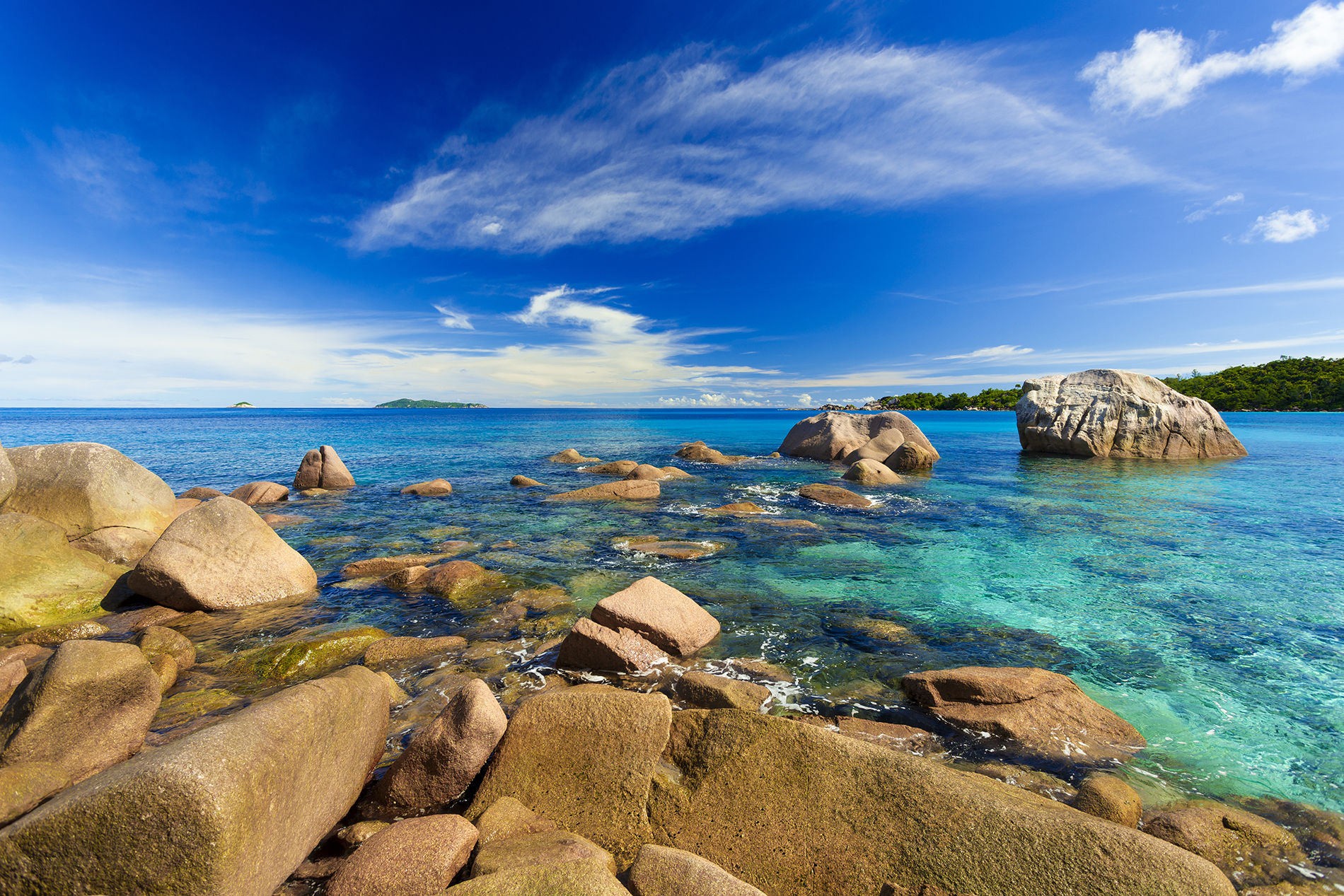 Rocky natural scenery in the shallow waters of the sea  54094