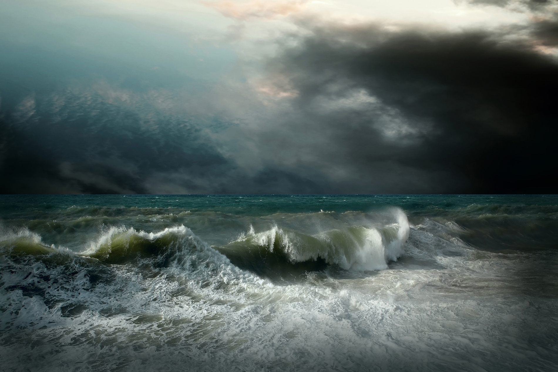 The surging sea under the black clouds  54186