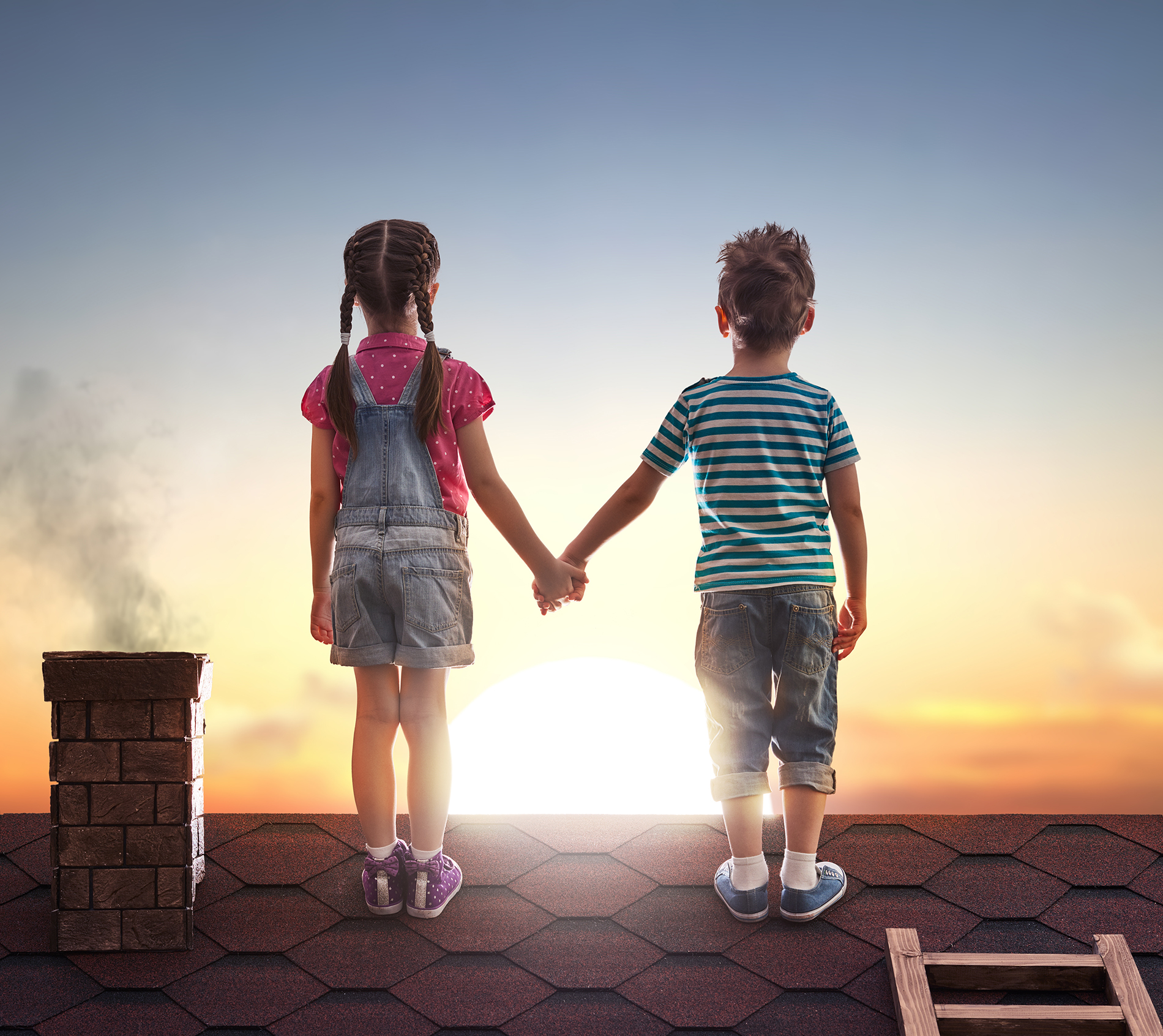 Boy and girl 4833 holding hands on the roof 54402