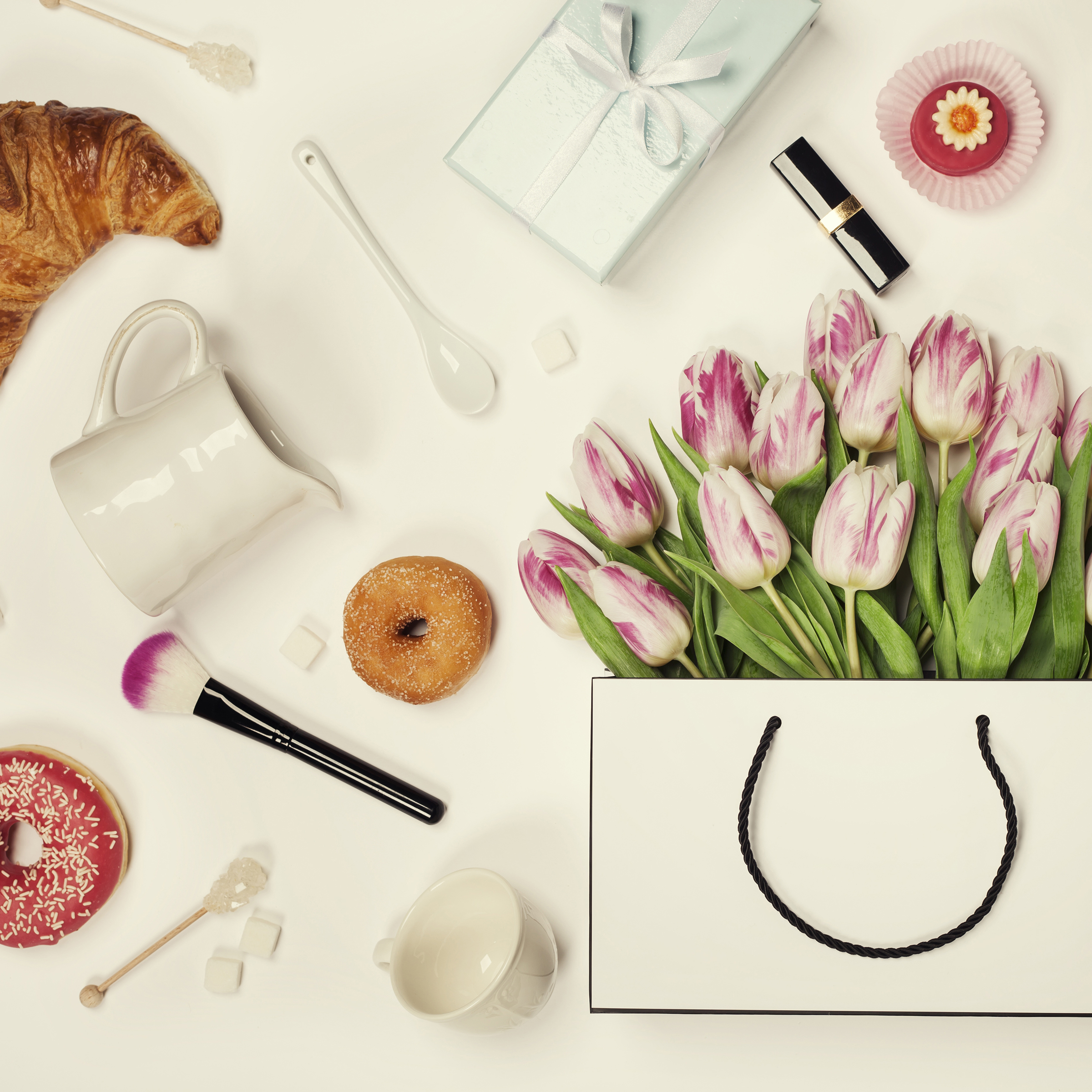 Donuts and tulips in a tote 54943