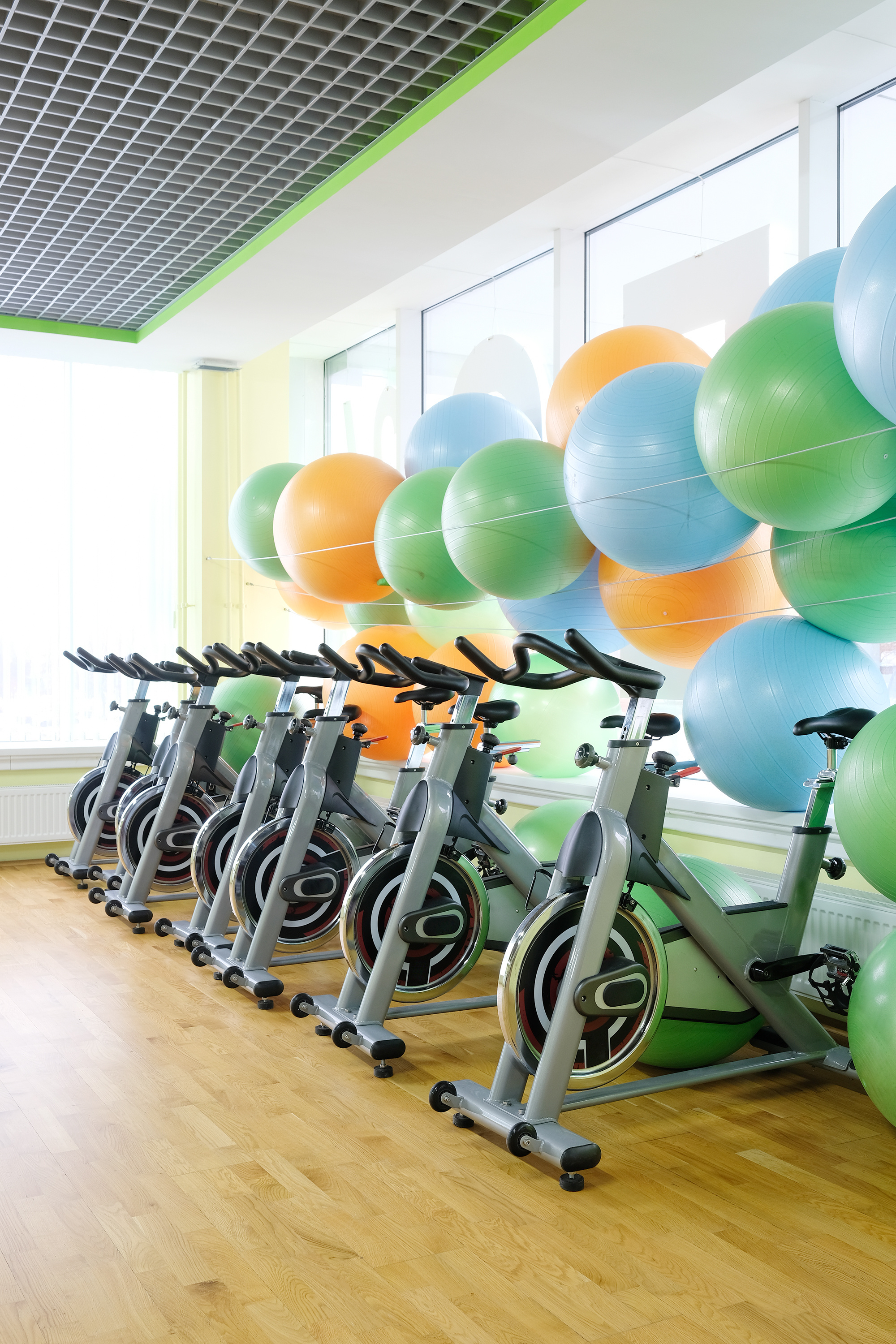 The gym is neatly placed on the spinning bike 56117