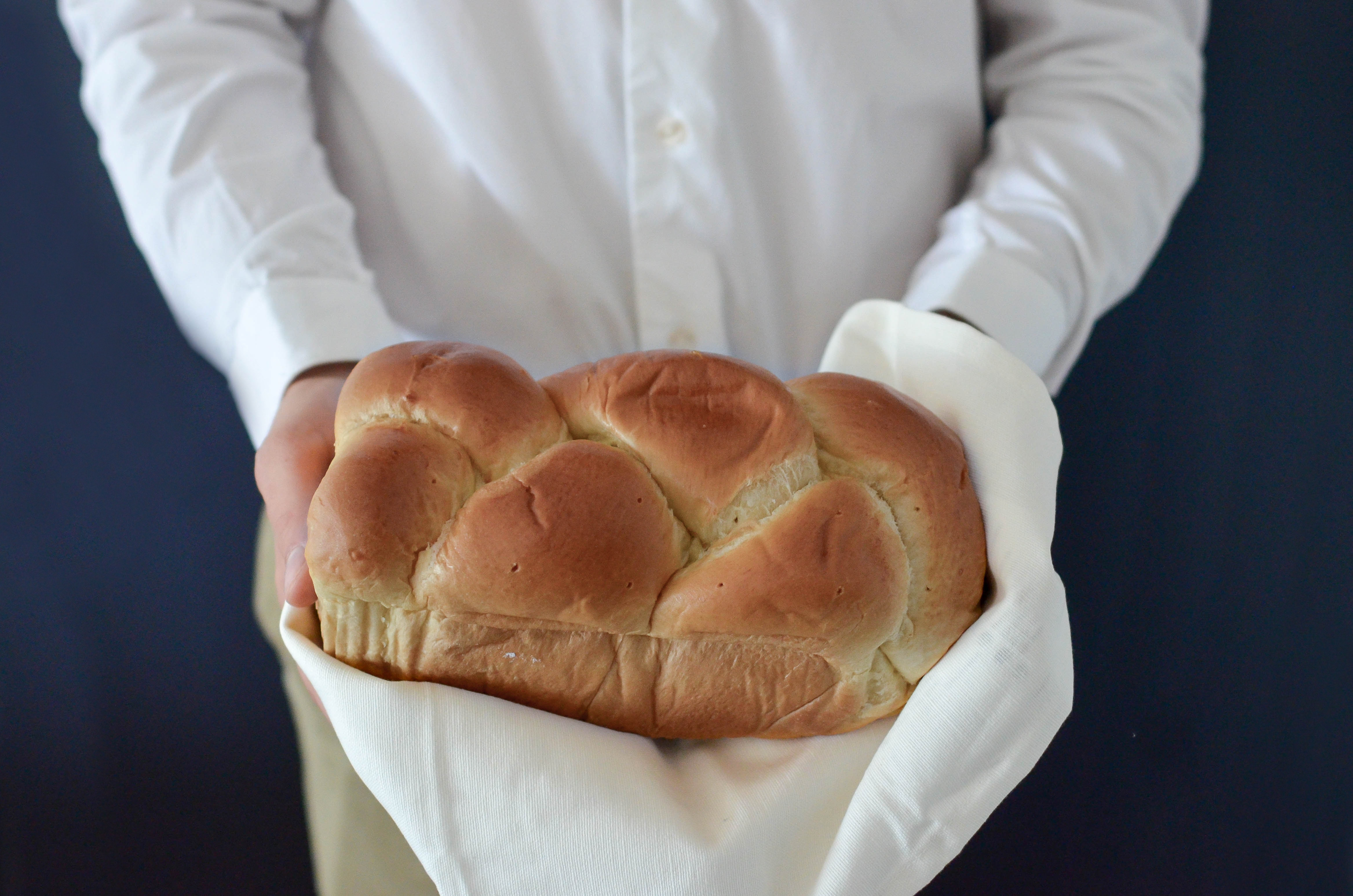 Loose bread 5002 in both hands 56191