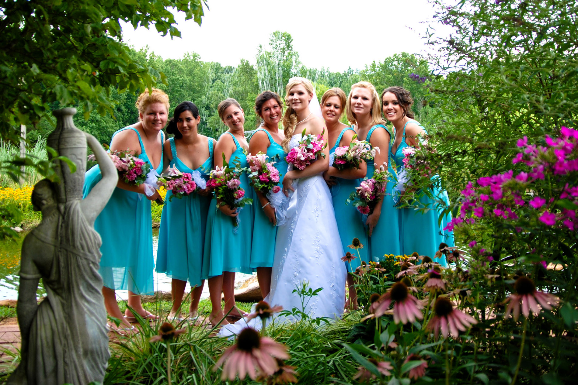 bride with bridesmaids super qay 32450