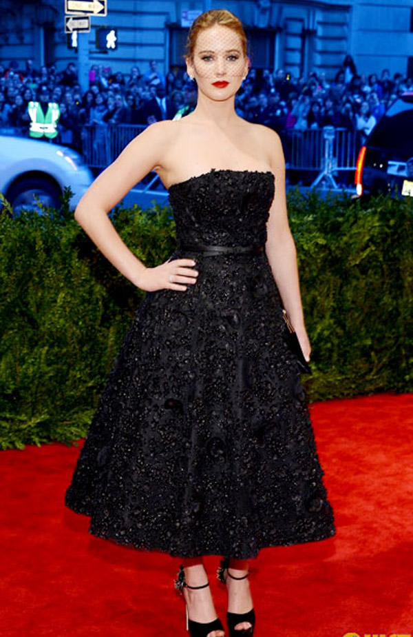 Design classic black cup breasts from Christian Dior brand brings movie stars Jennifer Lawrence Silver linings Playbook looks luxurious, noble, exalted stature stretch of the beautiful overflowing vitality. 34276