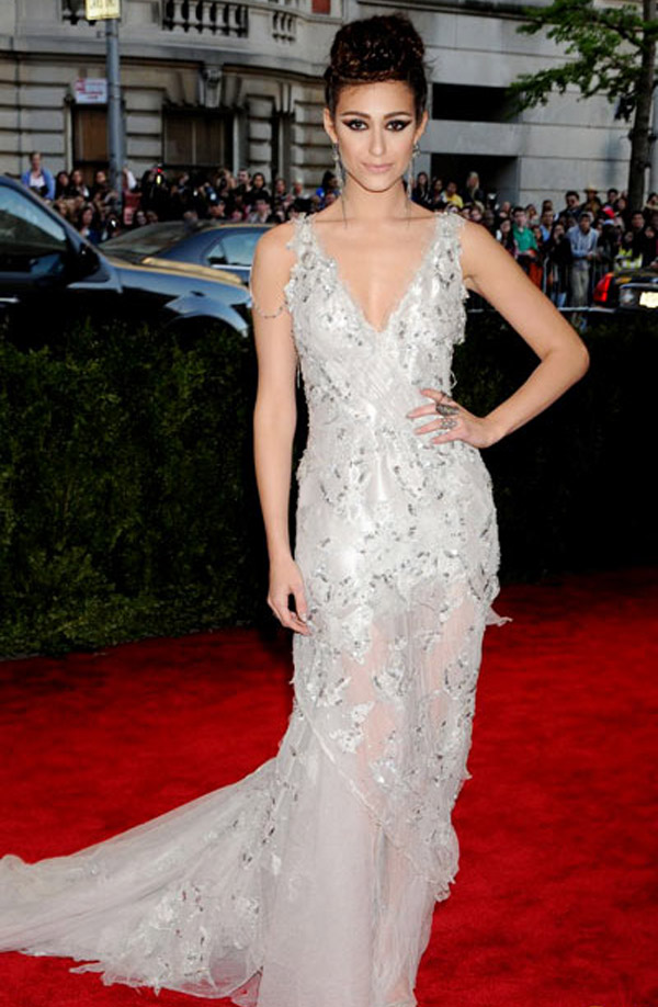 Singer, actress Emmy Rossum lovely on the red carpet in a stunning design from Donna Karan Atelier. 34280