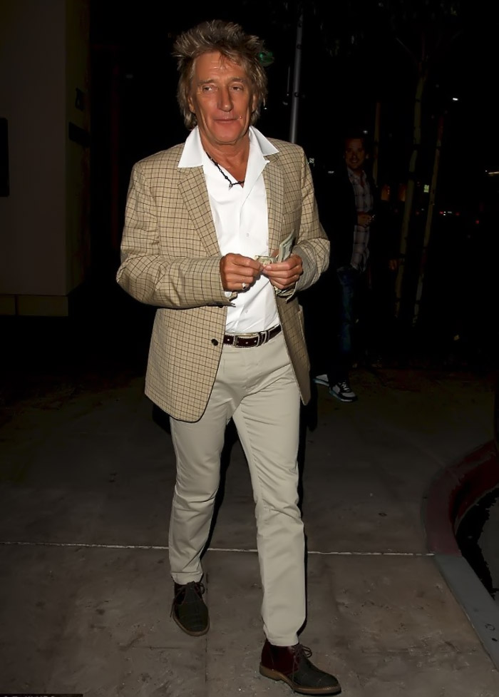 Rod Stewart flashes cash after dining with wife Penny Lancaster after revealing the couple split for two weeks 34909