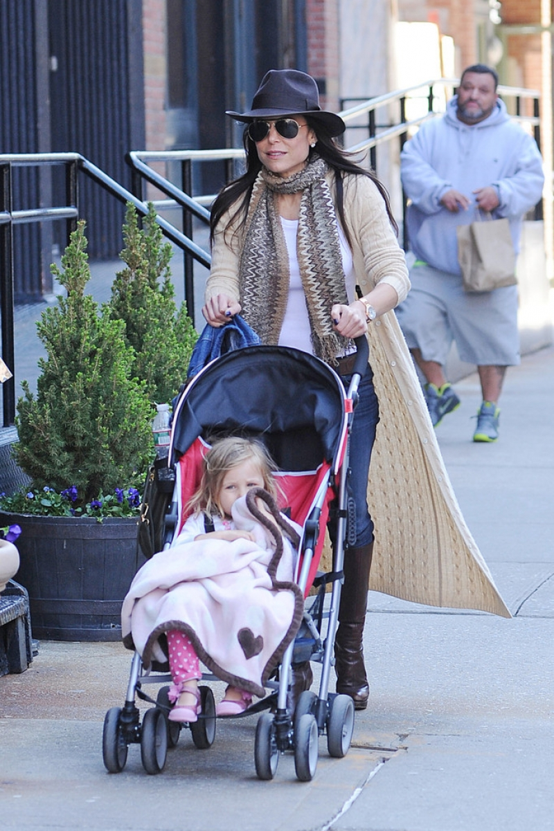 Bethenny Frankel Walks With Her Daughter 36748