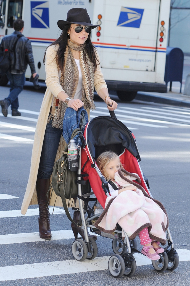 Bethenny Frankel Walks With Her Daughter 36768