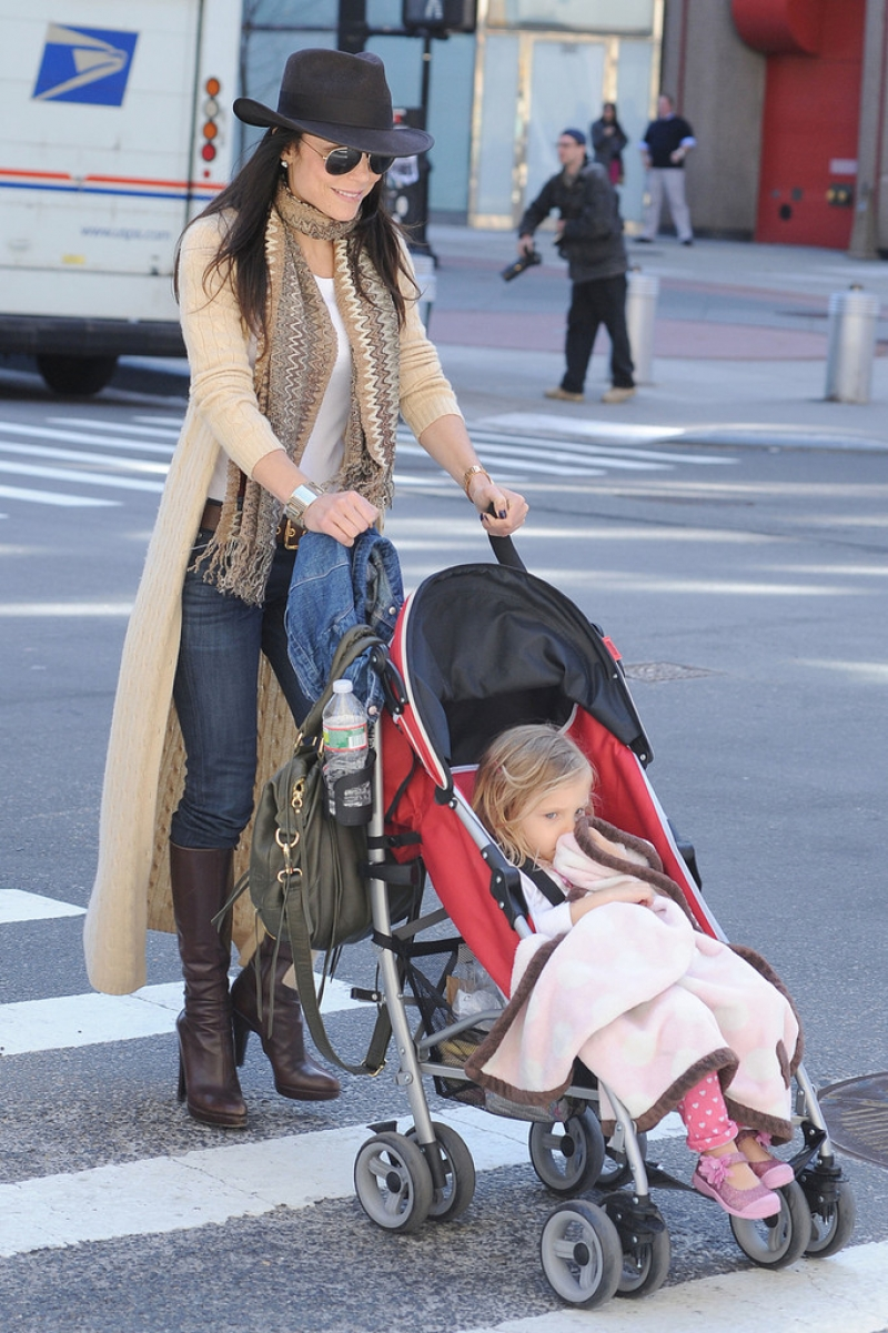 Bethenny Frankel Walks With Her Daughter 36770
