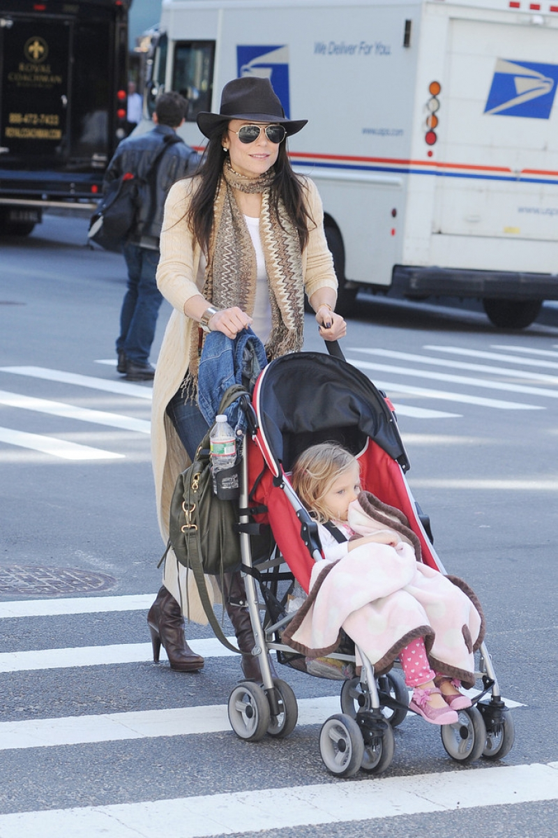 Bethenny Frankel Walks With Her Daughter 36802