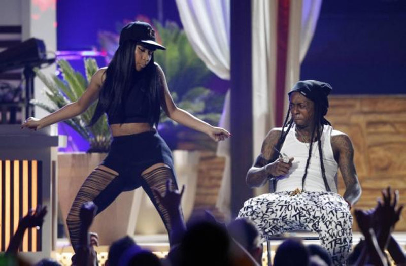 Minaj wore an all-black outfit and Chanel baseball cap with the dance. 40322