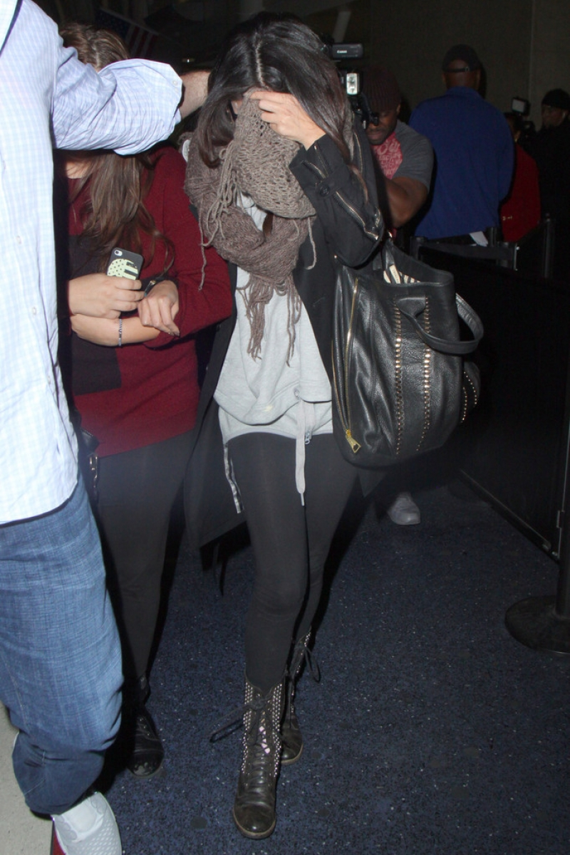 Selena Gomez Tries to Hide Her Face in LA 41862