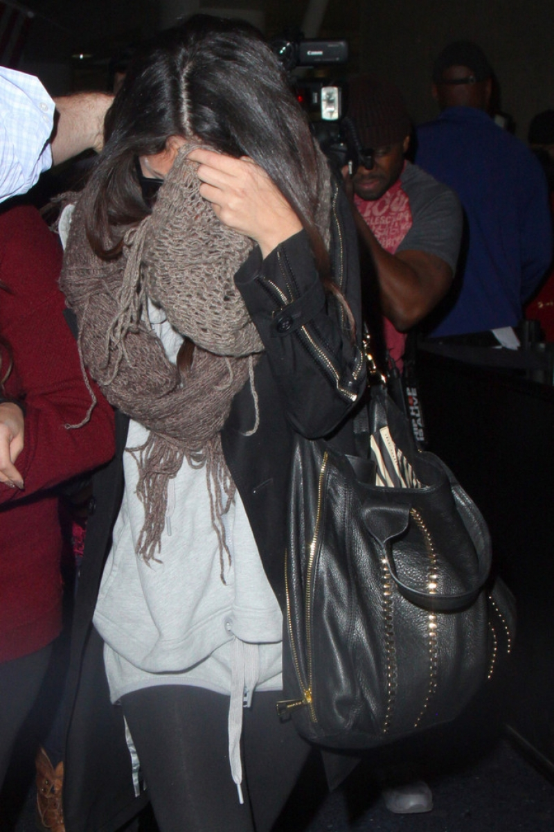 Selena Gomez Tries to Hide Her Face in LA 41871