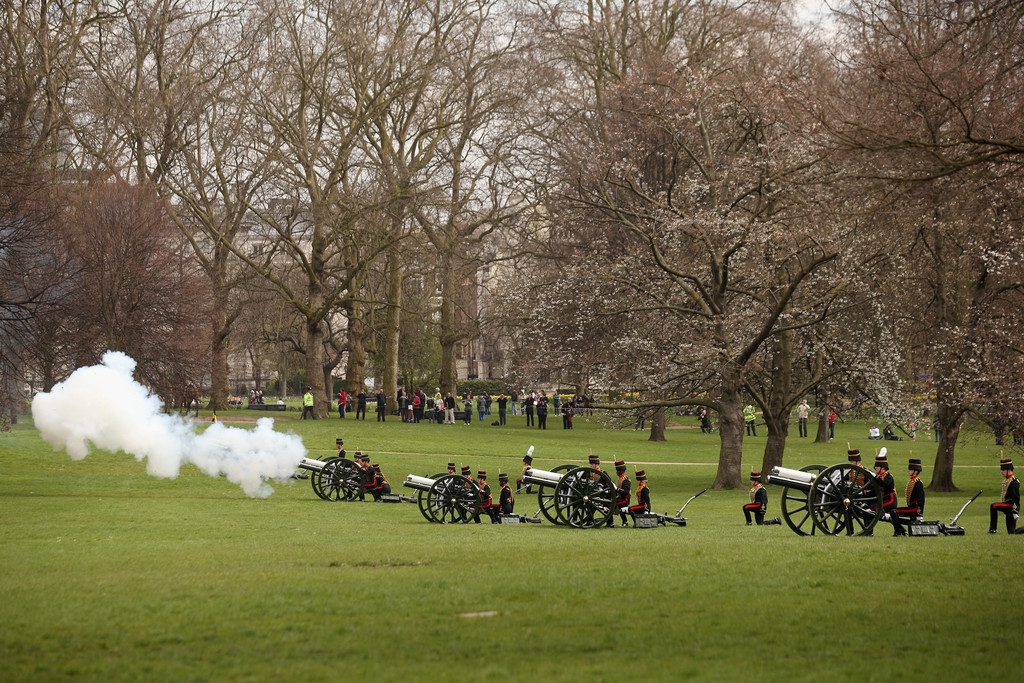 Gun Salute Marks the Queen's 87th Birthday 41894