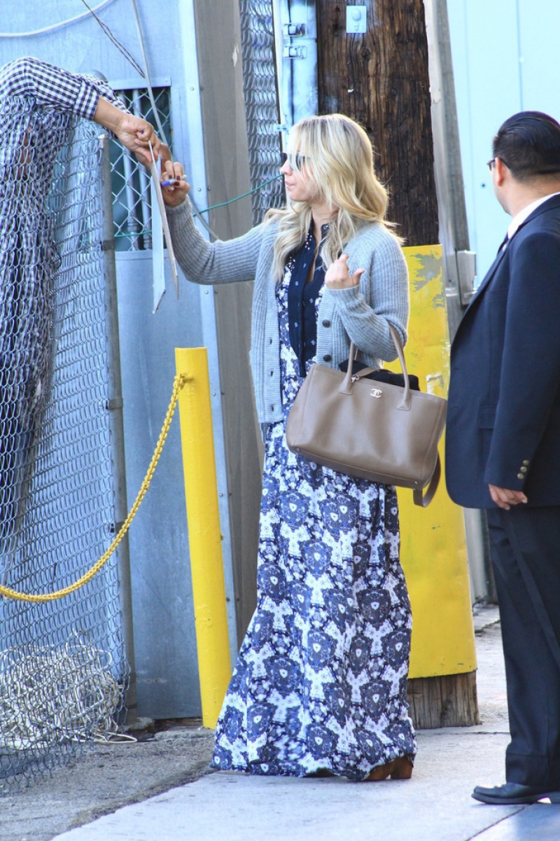 Kaley Cuoco Signs Autographs After Appearing on 'Jimmy Kimmel Live' 41954