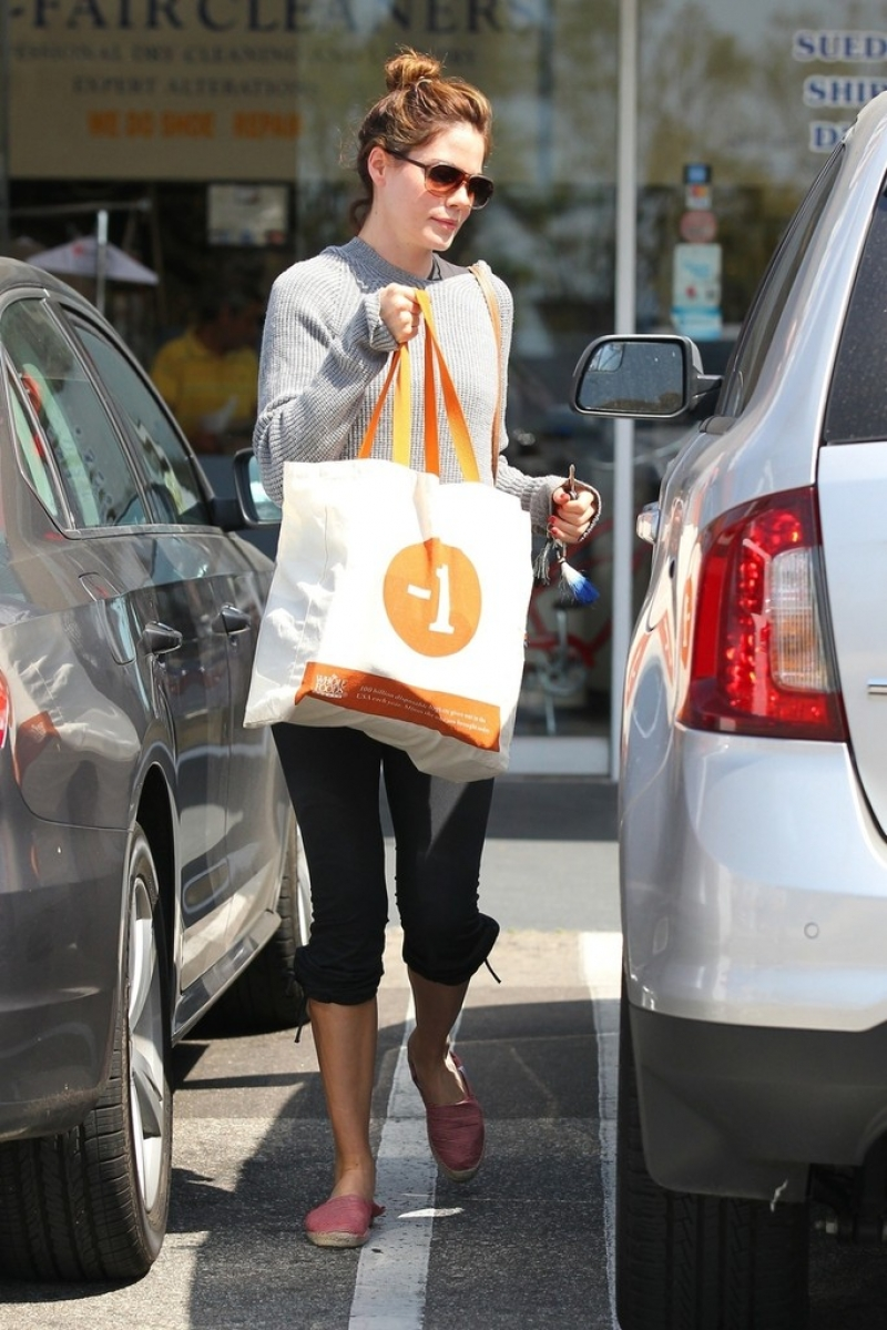 Michelle Monaghan Makes a Grocery Run 41996