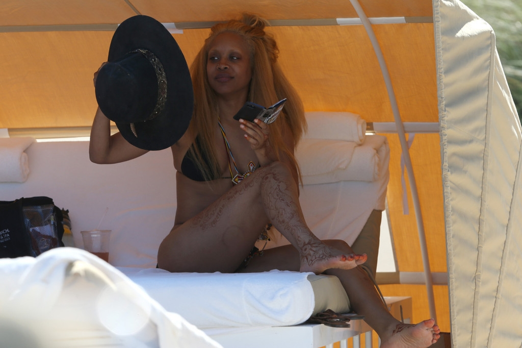 Erykah Badu Hits the Beach 42540