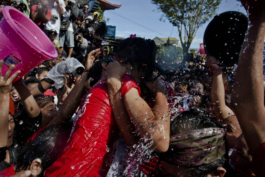 Annual Kissing Festival Celebrated in Bali 42808