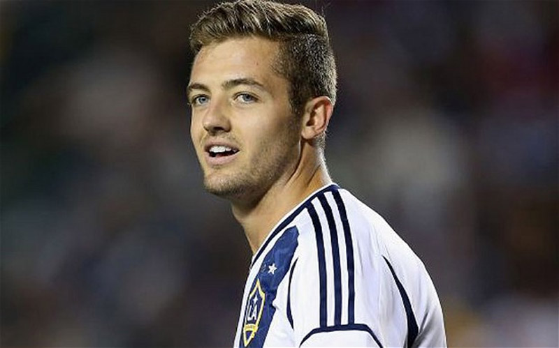 Gay footballer Robbie Rogers makes historic debut as LA Galaxy defeat Seattle Sounders 4-0 43830