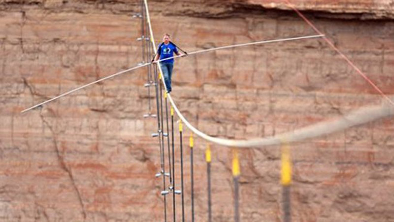 Daredevil Nik Wallenda completes tightrope walk near Grand Canyon 44587