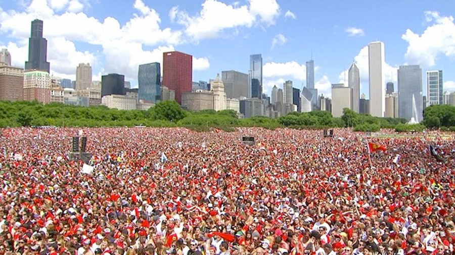 A lot of people showed up at the Blackhawks parade 44757