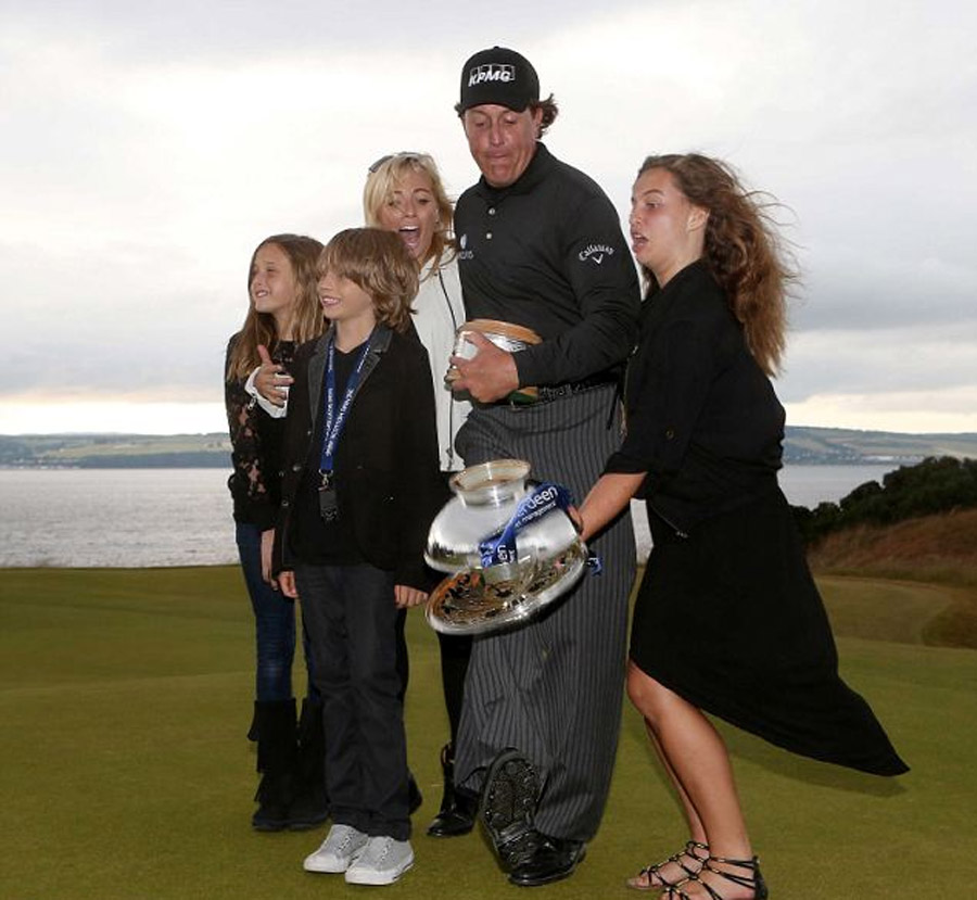 Mickelson almost blows Scottish Open and then drops trophy 45194