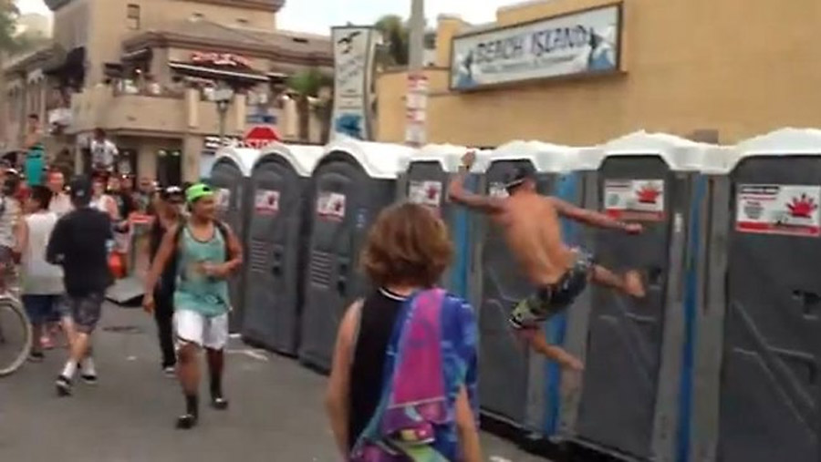 Surf fans riot in California city of Huntington Beach 45519