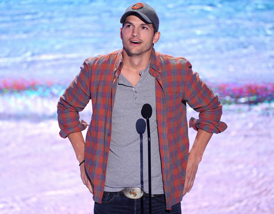 Ashton Kutcher Channels Steve Jobs, Calls Himself a Fraud at Teen Choice Awards 45946