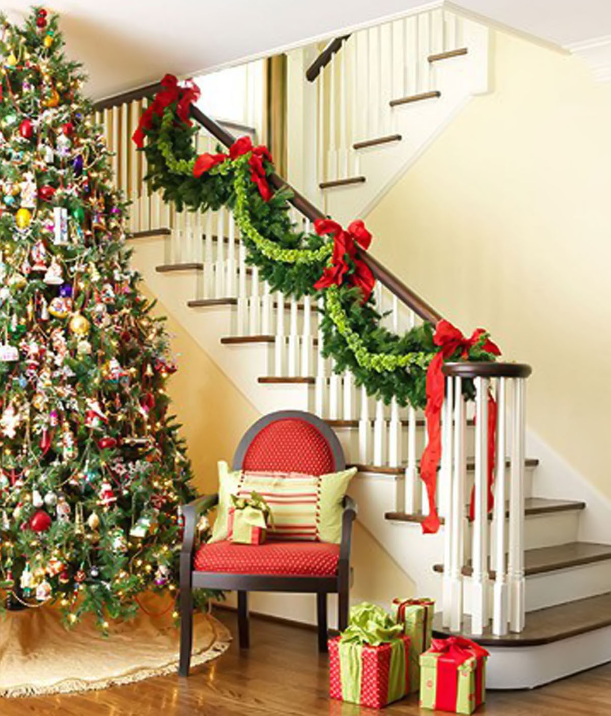 With the traditional colors: red, green, golden, silver ... and from long wool socks, ribbons, garlands with a little creativity of your staircase becomes a gorgeous, shimmering, magical than Christmas Eve 48666