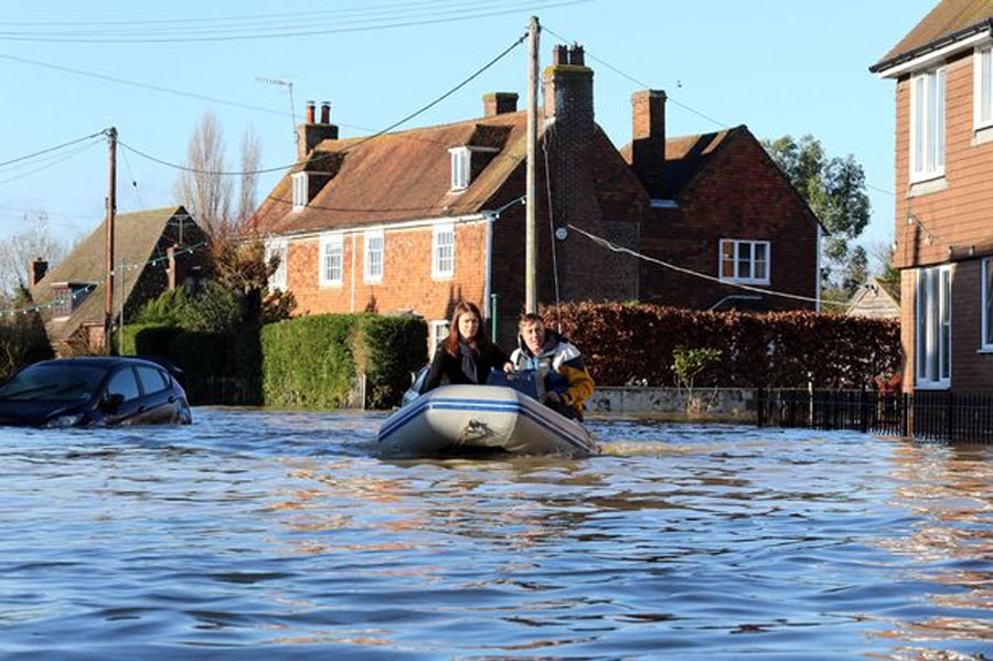 More flooding fears as torrential rain and 90mph winds to hit the north 49194