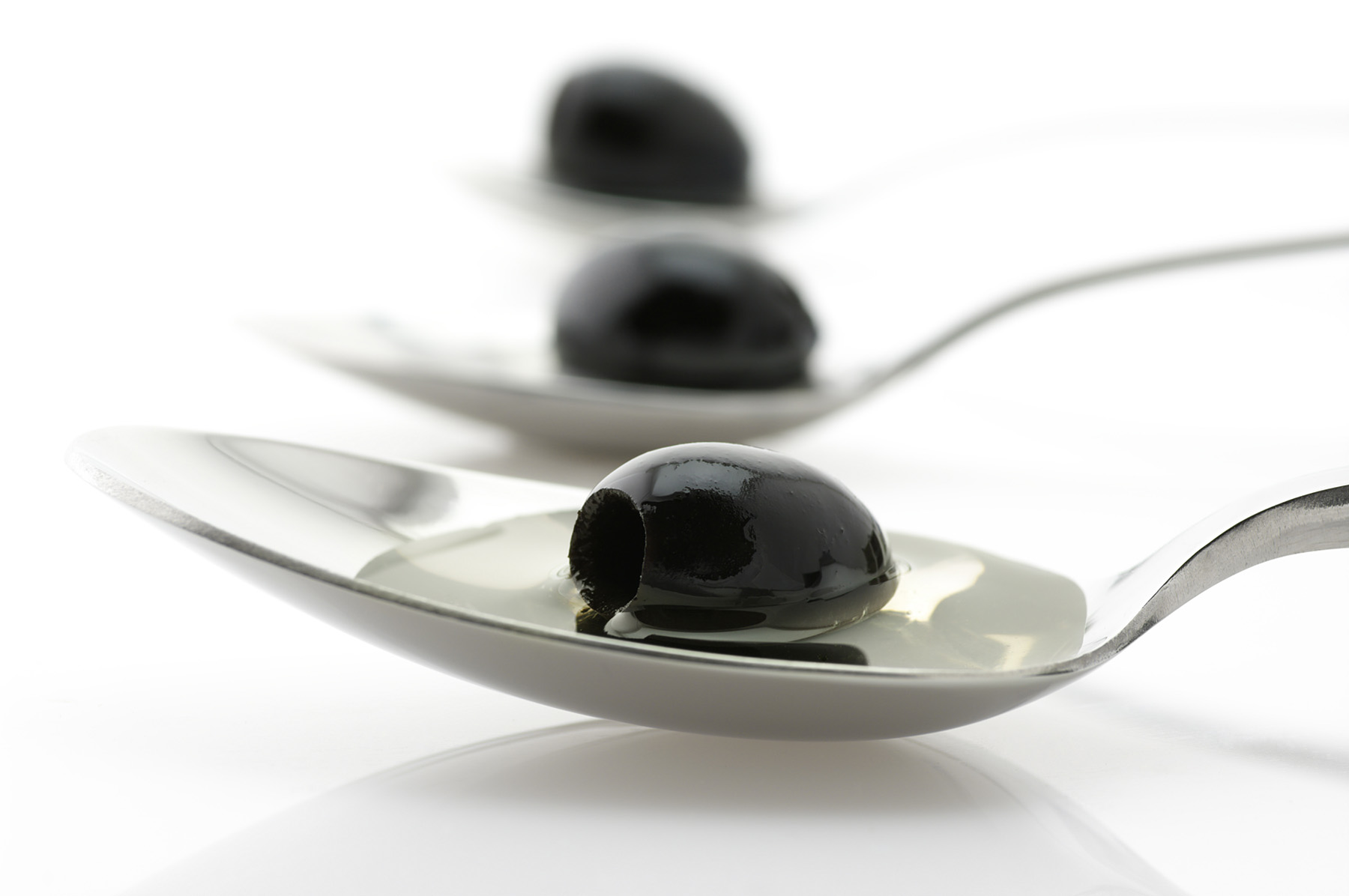 Spoon black olives 49362