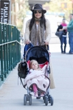 Bethenny Frankel Walks With Her Daughter 36779